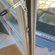 Nachrüstung der Fenster (DK und Stulp) mit innenliegenden Beschlägen ( Siegenia-Aubi Titan). Die Umrüstung erfolgte nach DIN 18104 Teil 2: Austausch der vorhandenen Beschläge inklusive der Schließbleche im Blendrahmen und Einbau abschließbarer Fensterdrücker (100Nm).